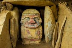 En av de färgrika statyerna nära San Augustin, Colombia Arkivbilder