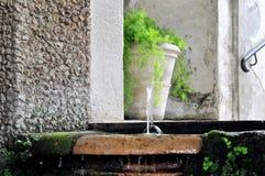 En av de många springbrunnarna på `-este Tivoli för villa D rome Arkivfoton