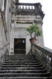En av de många trappuppgångarna på `-este Tivoli för villa D rome Arkivfoto