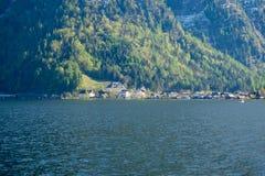 En av de mest härliga alpina byarna Hallstat i Österrike fotografering för bildbyråer