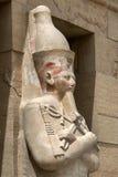 En av de Osirid pelarna som står längs övreterrassen på bårhustemplet av Hatshepsut på Deir al-Bahri i Egypten arkivfoton