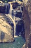 En av de pittoreska vattenfalllodisarna Ho, lokaliserat i djungeln, lokaliseras långt från staden av Nha Trang Royaltyfri Bild