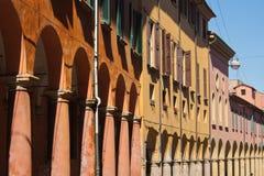 Porticoes av bologna'sens gammala stad centrerar Fotografering för Bildbyråer