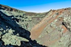 En av de vulkaniska kraterna i den Timanfaya nationalparken, Lanzarote Arkivbild