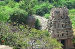En av den gamla templet grundar i landsbygder av Karnataka Royaltyfri Bild