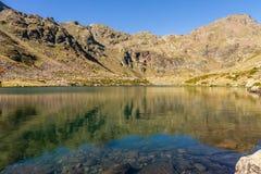 En av den klara vattensjön av Estanysen de Tristaina, Pyrenees, Andorra royaltyfri foto