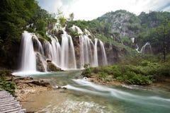 En av den mest härliga vattenfallet av Plitvice sjönationalparken i Kroatien Fotografering för Bildbyråer