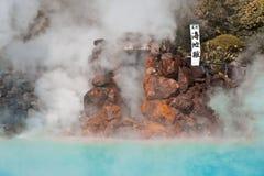 En av den varma våren för nio brinnande helveten (på sen) i Beppu, Oita, Japan i höst Royaltyfri Foto