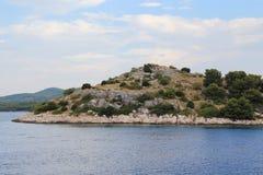 En av en obebodd ö av den kroatiska kusten Royaltyfri Foto