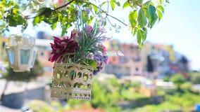 En av gamla fem berömda färgrika byar av Cinque Terre National Park i Italien Closeup på de härliga blommorna arkivfilmer