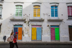 En av gator i mitt av Ponta Delgada Staden lokaliseras på Sao Miguel Island (232 99 km2) Arkivfoton