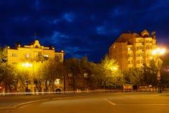 En av gatorna på natten exponering long Spår av bilheadlig Fotografering för Bildbyråer