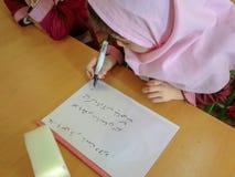 En av grundskola för barn mellan 5 och 11 årflickorna i Rasht, Guilan landskap, Iran En islamisk skola var flickor bör bära s arkivbilder