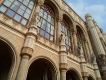 En av historiska byggnader i Budapest med att intressera detaljer Arkivfoto