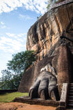 En av jätten tafsar dekorera porten till Sigiriya fästning a royaltyfri bild