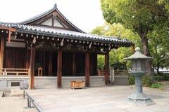 En av korridorerna av den Shitenno-ji templet i Osaka, Japan Royaltyfri Bild