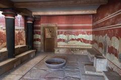 En av korridorerna med en biskopsstol i slotten av Knossos, Kreta, arkivfoto