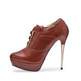 En av kvinnors bruna stiletter för skor med ett dekorativt bälte royaltyfri fotografi