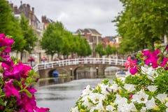 En av många kanaler i Leiden, Holland Arkivbilder