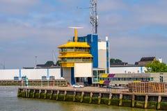 En av många sänder trafikkontrollmitt i den Rotterdam porten arkivbilder