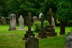 En av många unika gamla kyrkogårdar i UK Royaltyfri Fotografi