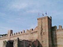 En av portarna med ett torn i stadsväggen av Cittadella Arkivfoto