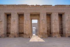 En av pylonerna av den Medinet Habu templet i Luxor Arkivfoto