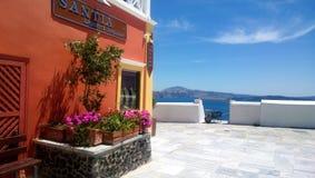 En av smyckendiversehandeln på ön av Santorini med sikter av havet i bakgrunden royaltyfri fotografi