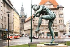 En av statyerna av de tjeckiska musikerna för dansspringbrunn i staden av Prague, Europa Varje av dansskulpturerna Royaltyfria Bilder