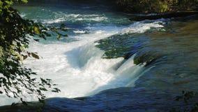 En av tillflödena av Niagaraet River för vattenfallet Klar höstdag arkivfilmer