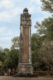 En av två flankera obeliskar på Stelepaviljongen i Tu Duc Royal Tomb, ton, Vietnam arkivfoto