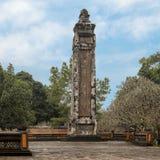 En av två flankera obeliskar på Stelepaviljongen i Tu Duc Royal Tomb, ton, Vietnam royaltyfria foton