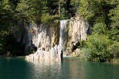 En av vattenfall i Plitvice sjönationalparken i Kroatien Arkivbilder