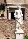 En av vestaloskulderna i romerskt fora, Rome, Italien royaltyfri bild