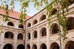 En av Vilnius universitetborggårdar i Vilnius, Litauen Royaltyfri Bild