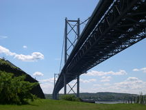 En avant le pont en route photographie stock