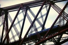 En avant pont en rail - avec le train de voyageurs Photographie stock