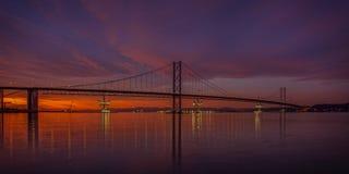 En avant pont en route au coucher du soleil Photographie stock libre de droits
