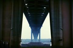 En avant pont en route - regardant de dessous Images libres de droits