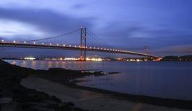 En avant pont en route la nuit image libre de droits