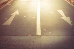 En avant se connecte la route en avant et droit se connecte la route Photos libres de droits