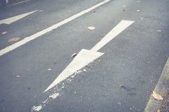 En avant se connecte la route en avant et droit se connecte la route Images stock