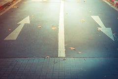 En avant se connecte la route en avant et droit se connecte la route Photographie stock libre de droits