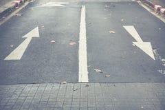 En avant se connecte la route en avant et droit se connecte la route Image libre de droits