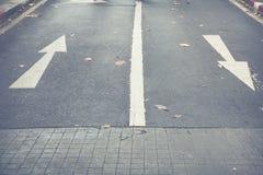En avant se connecte la route en avant et droit se connecte la route Photographie stock