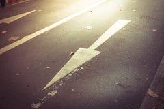 En avant se connecte la route en avant et droit se connecte la route Photo stock