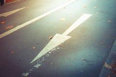 En avant se connecte la route en avant et droit se connecte la route Image stock