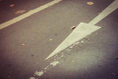 En avant se connecte la route en avant et droit se connecte la route Photo libre de droits