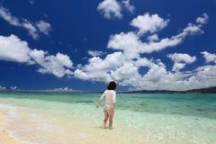 En avkopplad kvinna på stranden. royaltyfri fotografi