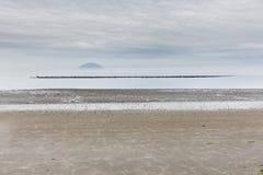 En avlägsen ö och en strand royaltyfri bild